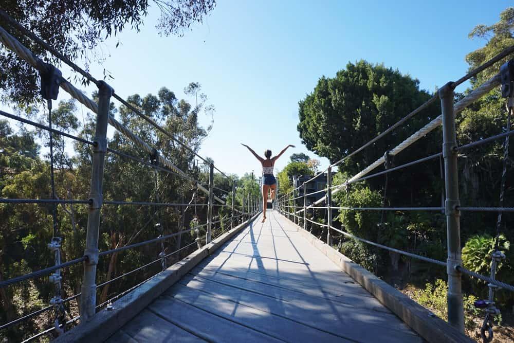 Au pair en el Puente colgante de San Diego